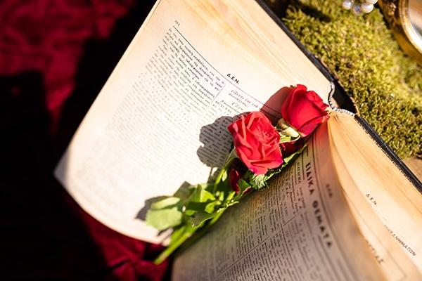 romantic-summer-wedding-athens-roses-red-white-tones_14